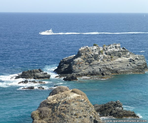 Yate navegando en frente de los Peñones de San Cristóbal.