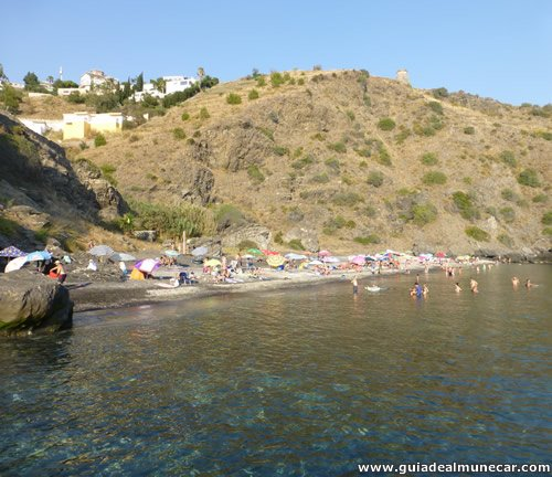 Playa de arena con suave pendiente al Mar Mediterráneo