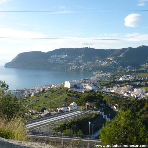 Extensa bahía y playa con población
