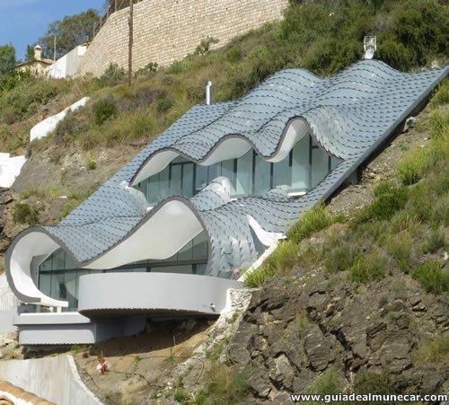 Casa con vista al Mediterráneo con ventanales enormes y techos ondeados